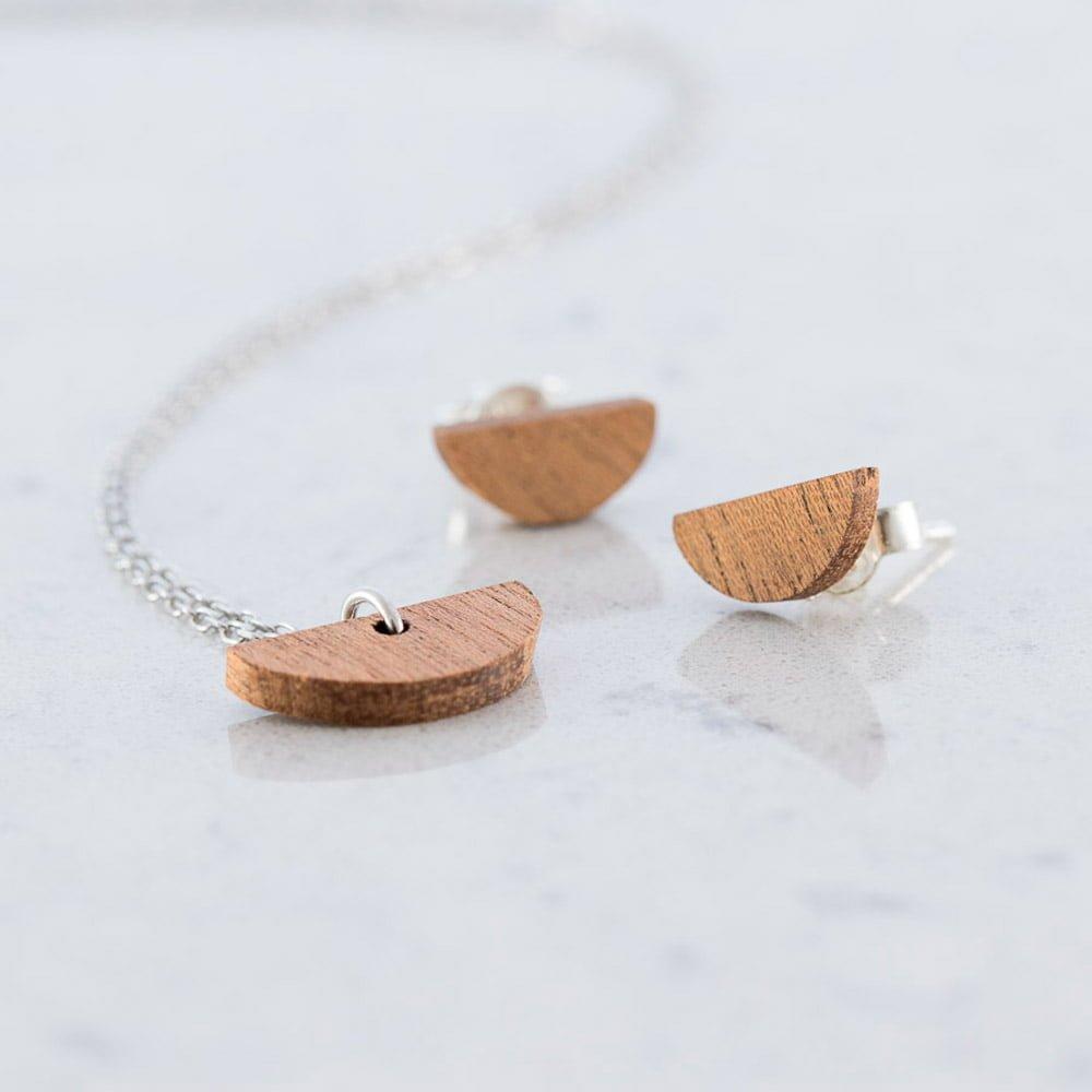 Boutique en ligne f4b54 1680c Conjunto Media luna con collar y pendientes de botón